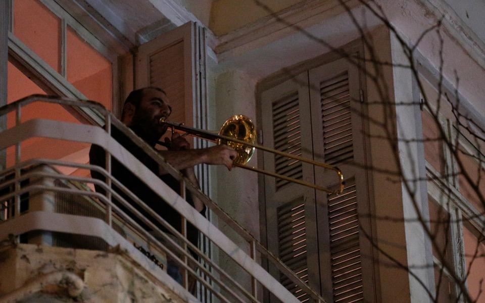thessaloniki-musicians-balconies-1