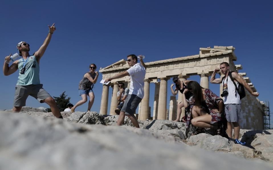 tourists_selfies_acropolis