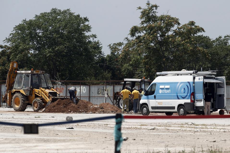 Water pipes are installed on Tuesday at the Elaionas site where the Pedion tou Areos refugees are to be relocated.