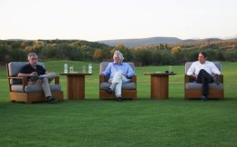 Paul Krugman, left, Serge Schmemann, center, and Jeff Koons at Costa Navarino.