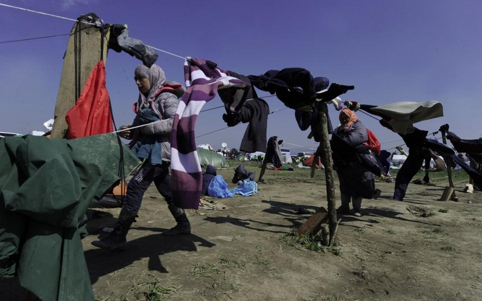 refugees_clotheshanging