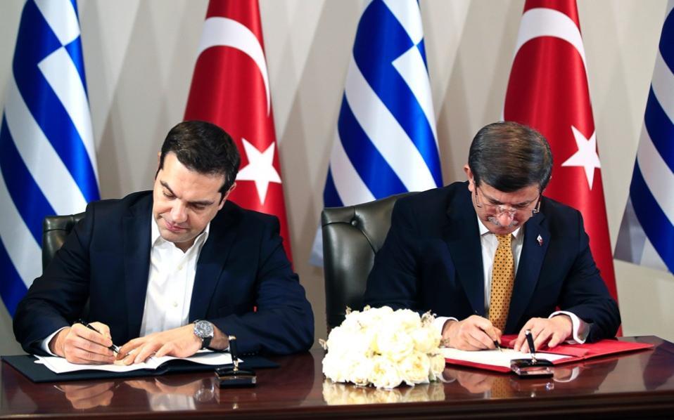 tsipras_davutoglu_signdeal