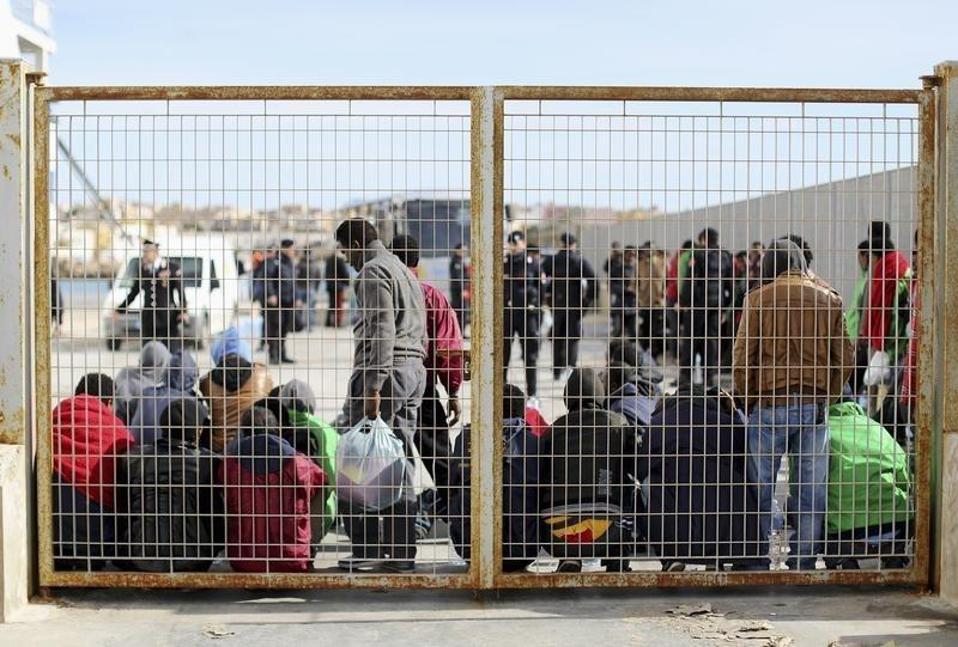 migrants_fence_web