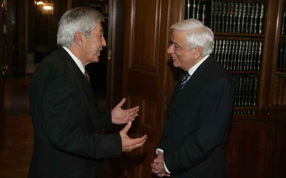 The chairman of the Hellenic Financial Stability Fund, Giorgos Michelis (seen here on the left in a file photo with President Prokopis Pavlopoulos), has been asked to resign from the bank bailout fund in order to facilitate changes to it, according to its assessment committee.