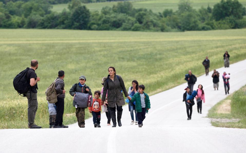 migrants_crossing_border