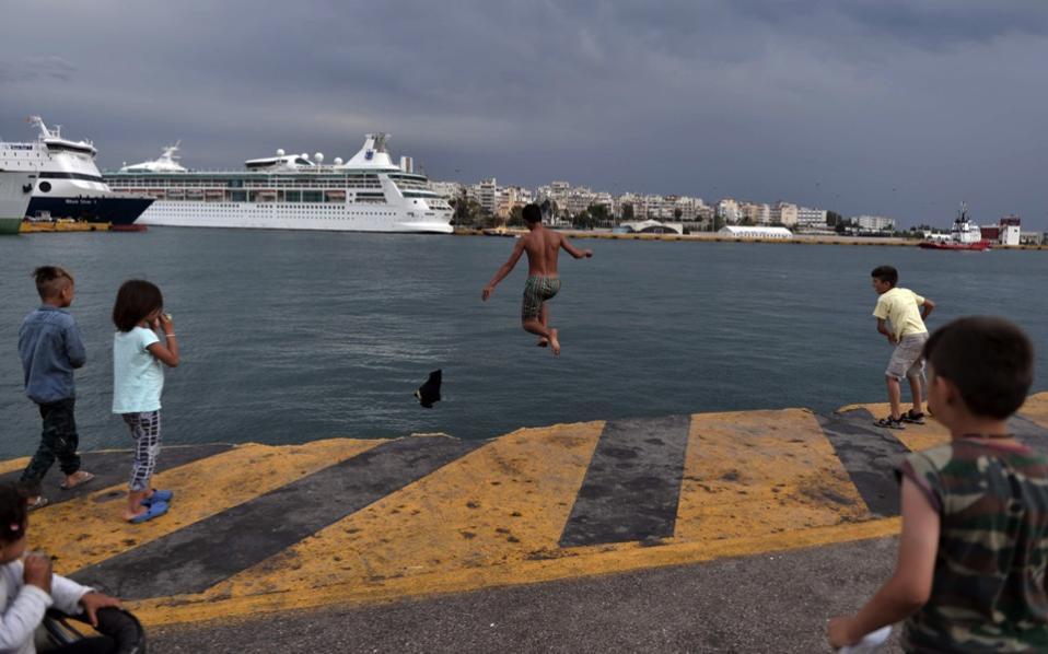 migrants_piraeus_web