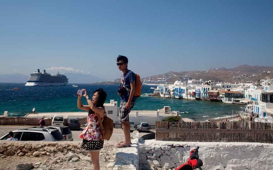 myconos_tourists_web