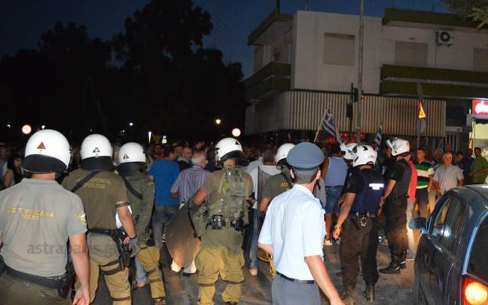 chios_migrants_police