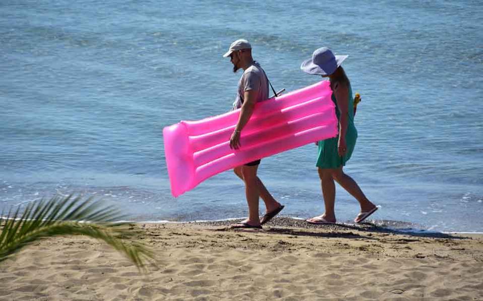 tourists_on_the_beach_web