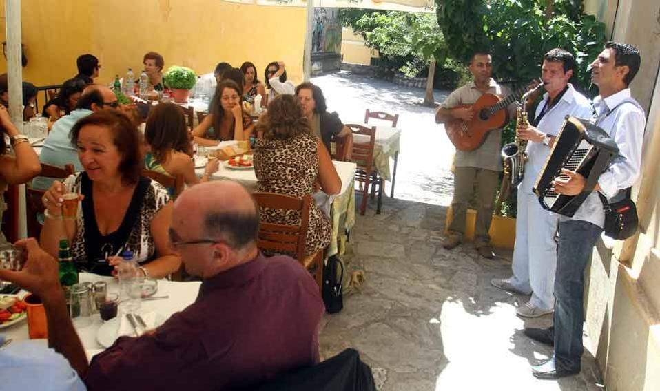 restaurant_tourists_web