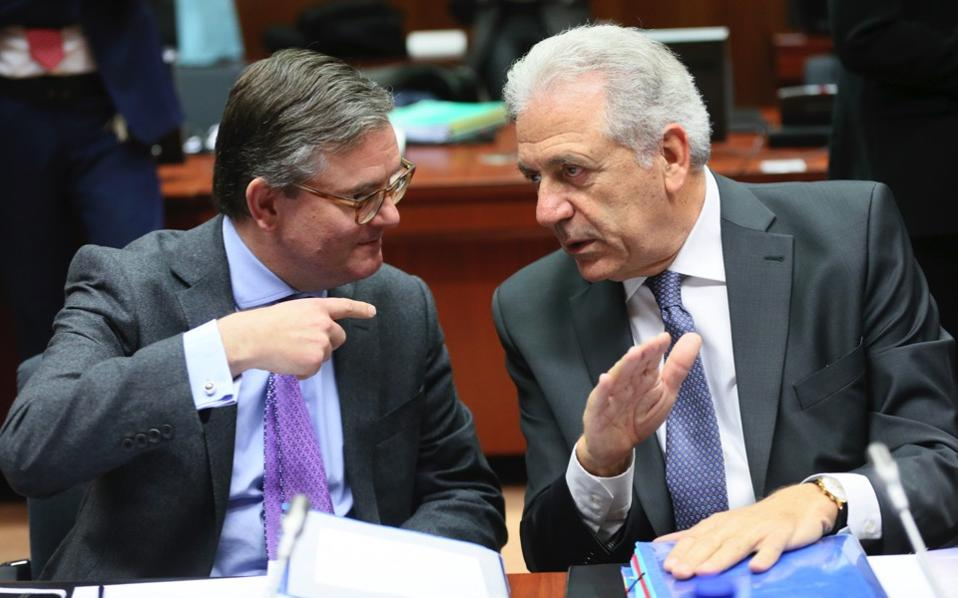 British European commissioner in charge of Security Union Julian King (l) and EU Commissioner for migration and home affairs Dimitris Avramopoulos (r), at the start of an Interior and home affairs ministers council in Brussels, Friday.