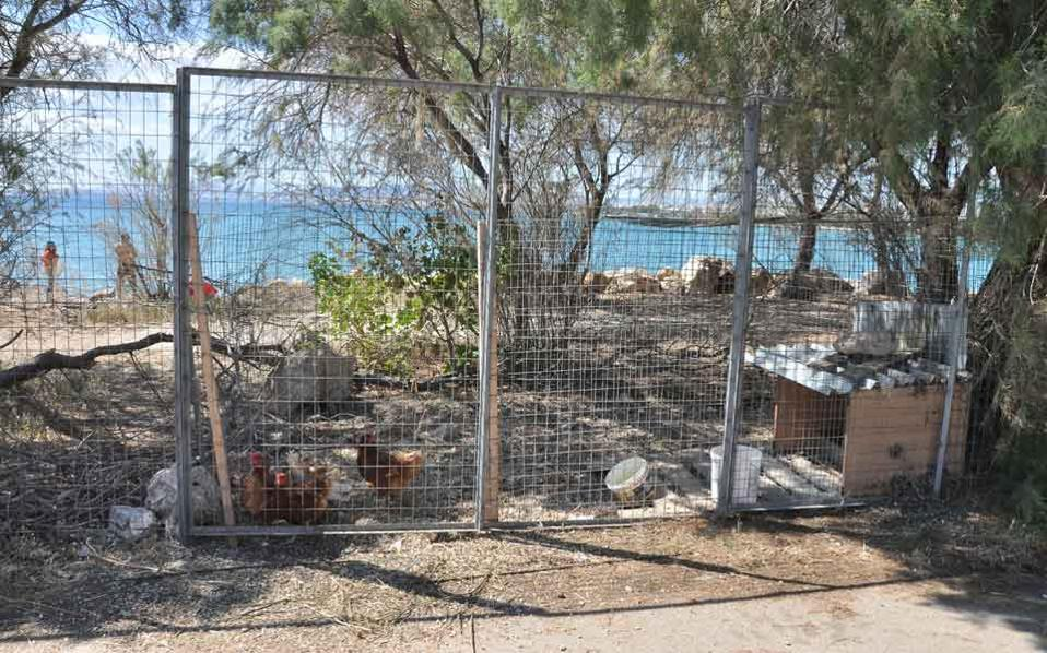 Alongside the casino resort, the investing consortium will begin renovating the 1,000-meter Aghios Cosmas beach, where there are currently numerous illegal buildings, mostly former nightclubs, that are slowly crumbling.
