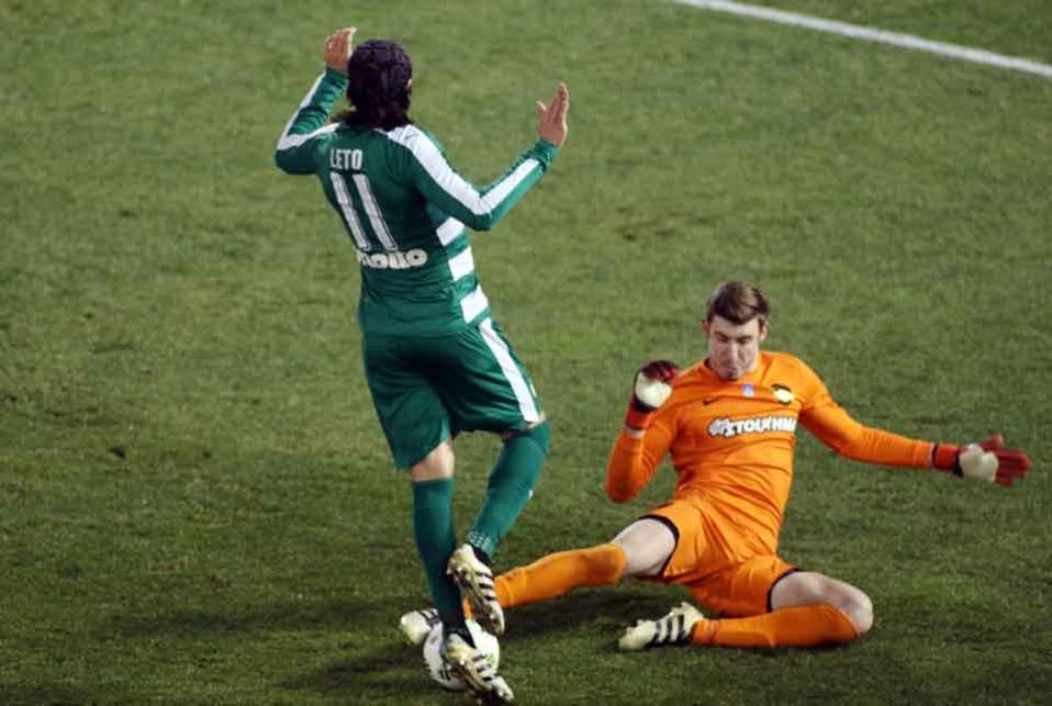 AEK keeper Vassilis Barkas stopped Sebastian Leto and his Panathinaikos teammates on several occasions.