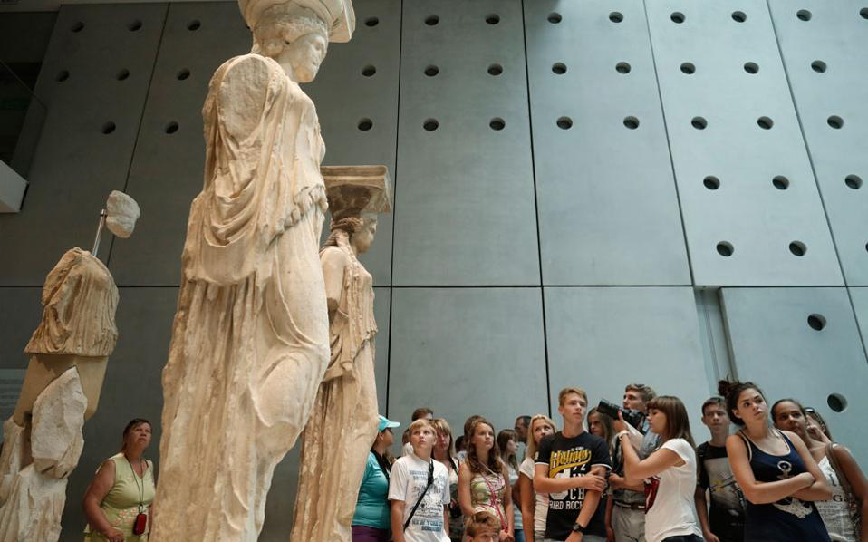 tourists_acropolis_museum_web