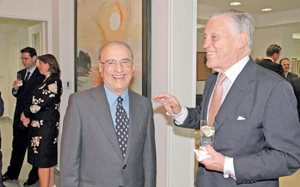 Aristides Alafouzos (left) with the legendary editor of the Washington Post, Ben Bradlee, at Kathimerini's offices in 2004.