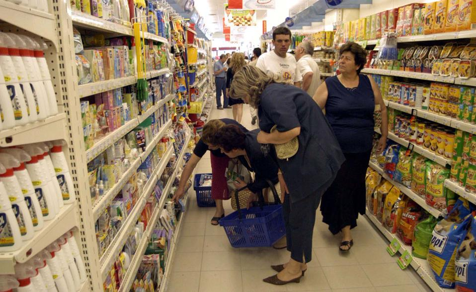 All 7 tribes of shoppers have cut down on expenditure, Dimitra Manifava | Kathimerini
