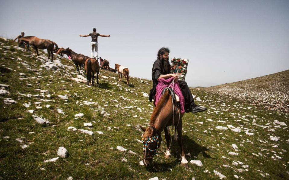 During the celebration of the Holy Spirit in Mount Falakro in Drama, the icon procession is done on horseback. [Pculiar.com]