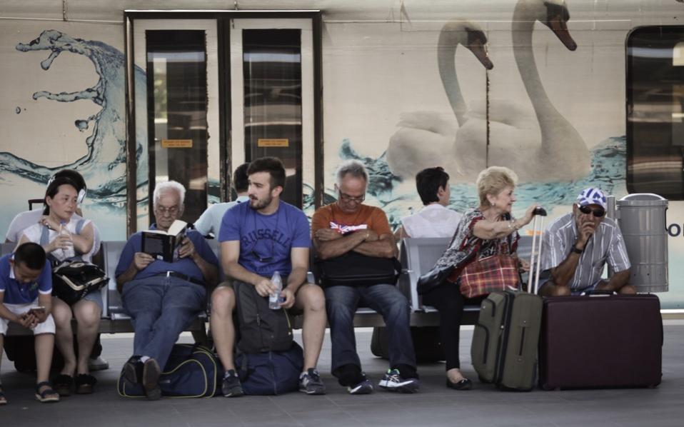 people_sitting_bench