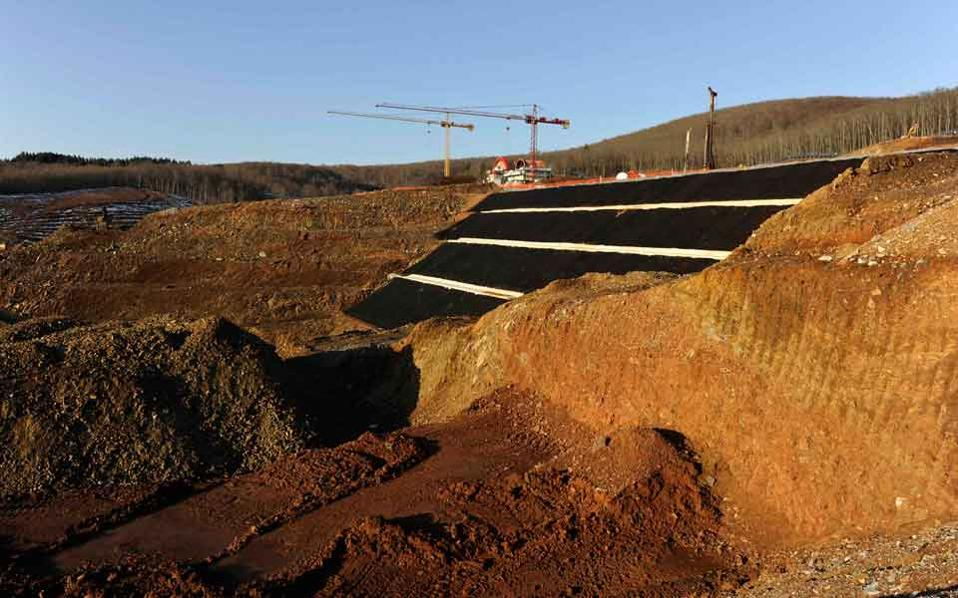 Eldorado is threatening the government with legal action unless the licensing issues of the Halkidiki gold mines are resolved in a friendly way.