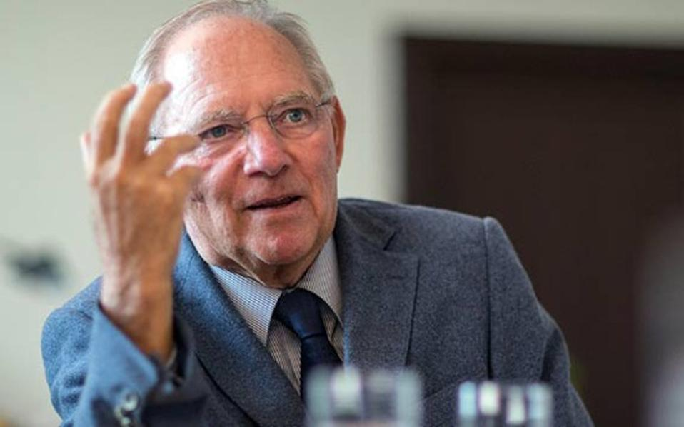 finanzminister-wolfgang-schaeuble-mischt-sich-in-diskussion-um-fluechtlingskosten-ein--thumb-large-thumb-large