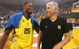 Giannakis (right) and Weaver celebrate Aris's Cup triumph.