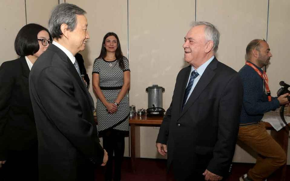 Deputy Prime Minister Yiannis Dragasakis (r) met with Chinese Vice Premier Ma Kai (l), who called for closer cooperation between Greece and China.