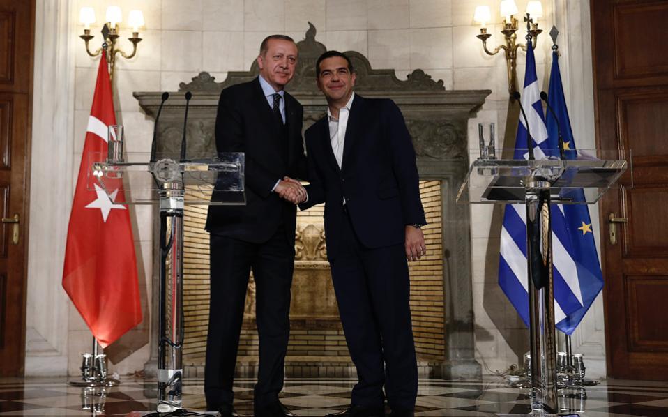 ¿Cuánto mide Alexis Tsipras? - Real height Tsip-erdogan-handshake_web-thumb-large