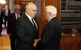 President Prokopis Pavlopoulos (r) and the head of the Hellenic Bank Association, Nikos Karamouzis.