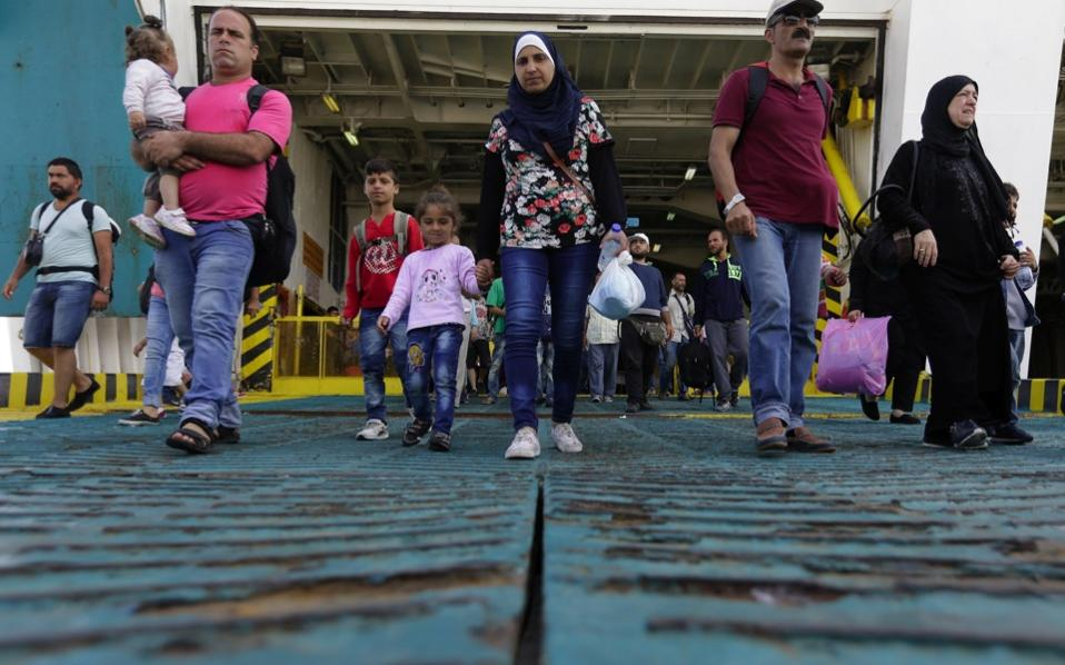 refugees_disembarking_web