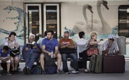 people_sitting_bench-thumb-large