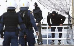 hooligans-riot-police