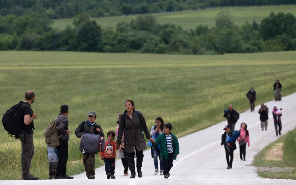 refugees_walking