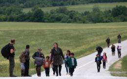 refugees_walking
