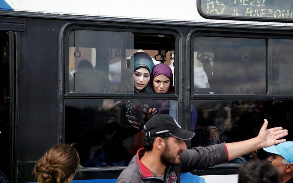 refugees_piraeus_bus