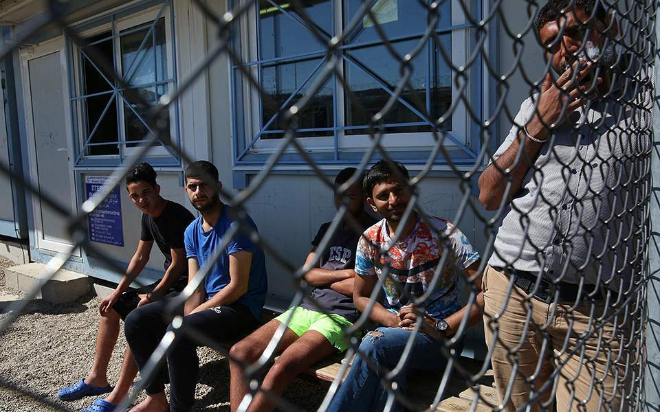 Refugees still waiting for Greek courses, 15 months on