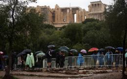 tourists-rain_web