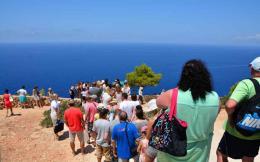 tourists_sea_web