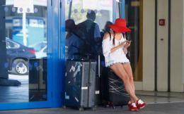 tourism_airport_cellphone_web