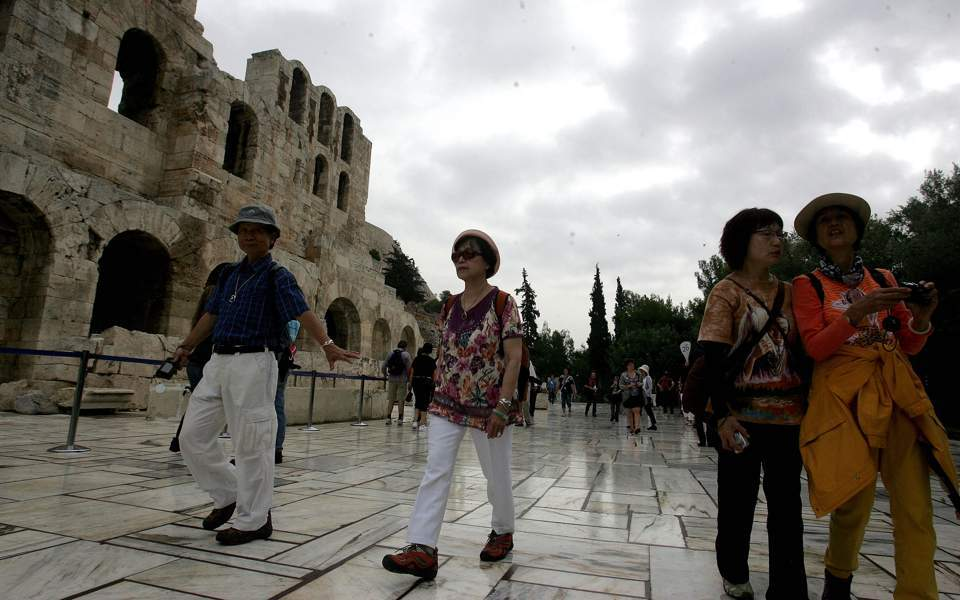 Greek current account deficit widens in March, tourism revenues up