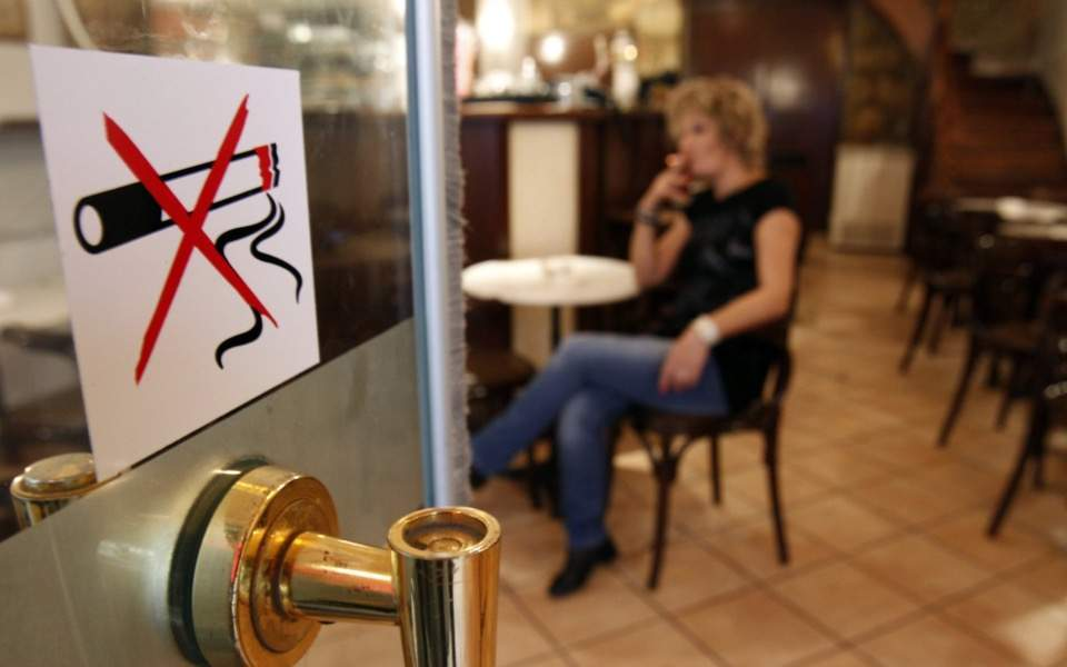 Fewer Greeks smoking, new survey finds