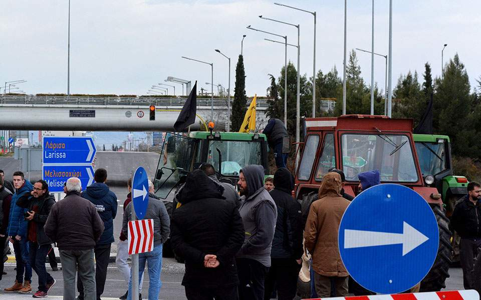 Farmers roll out tractors in Larissa to protest low prices