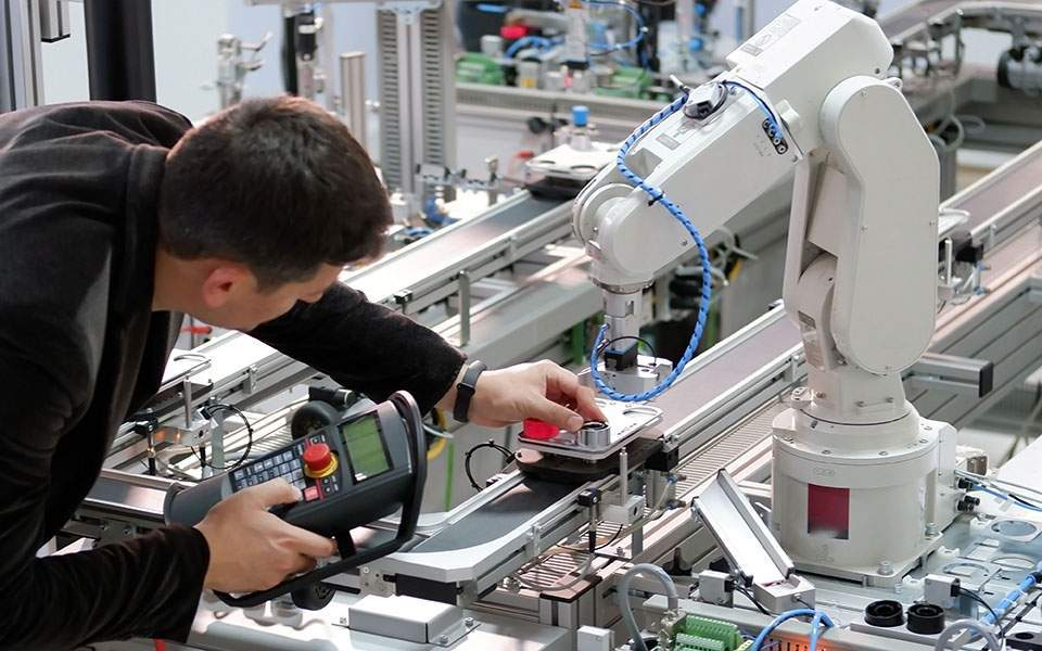 robot-shutterstock_1550554142-thumb-large
