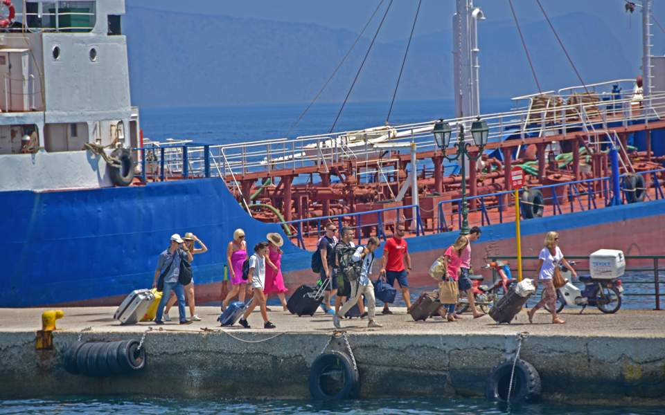 tourists_on_spetses_web