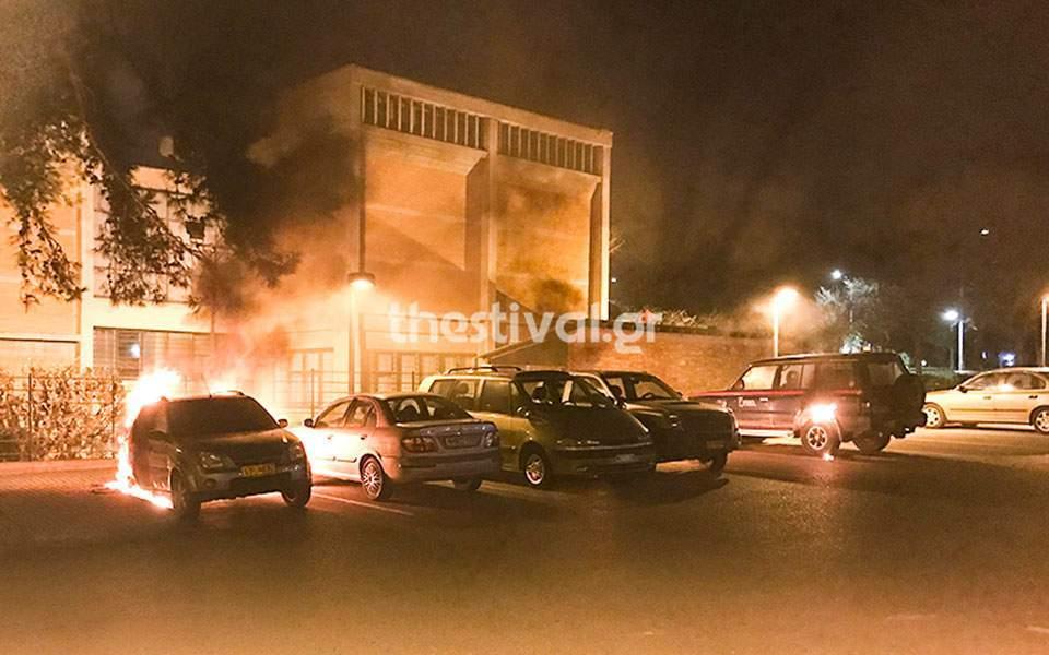 Cars torched outside Thessaloniki museum | Kathimerini