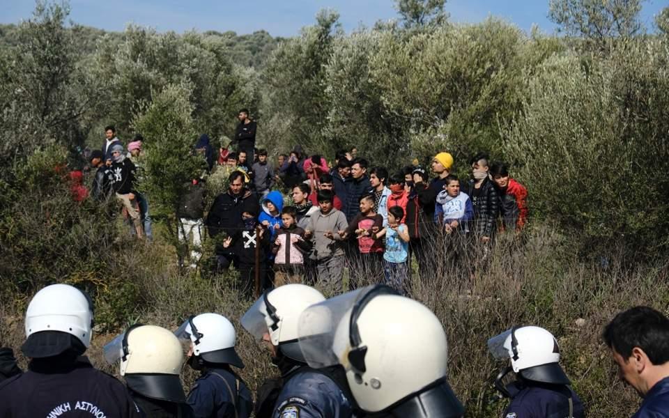 migrants-police_web9