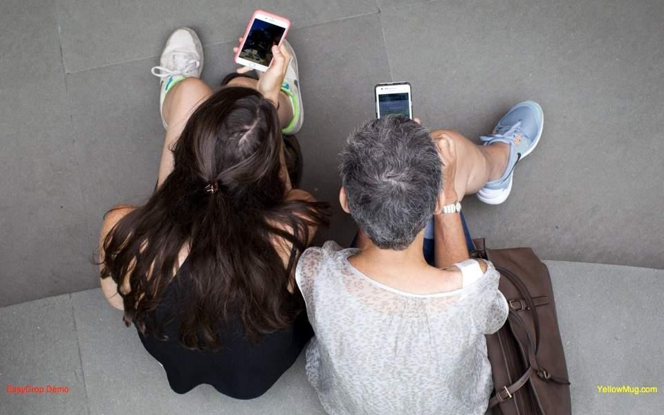 cellphones_couple_web