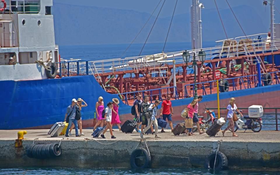 tourists_on_spetses_web
