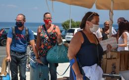 masked_tourists_1_web