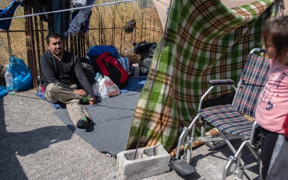 paralyzed-migrant-lesvos