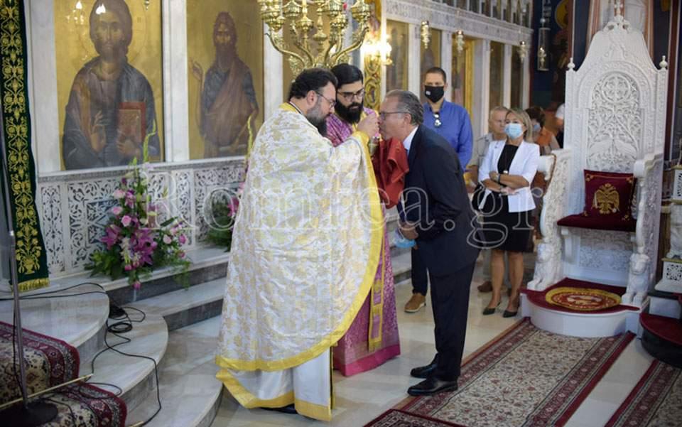 Alternate migration minister receives Communion amid pandemic | Kathimerini